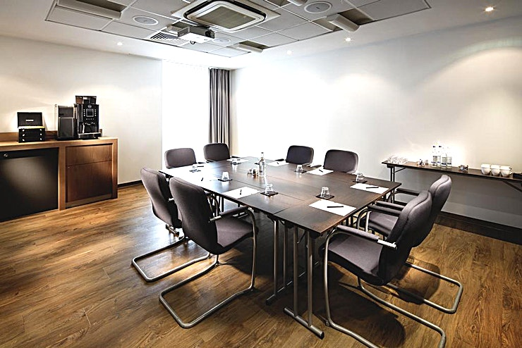 Penta 1 **Hire Penta 1 for your next meeting room with ample amount of natural light.**  All meeting rooms are bright with natural daylight, AC as standard, screen, projector, flip chart and complimentary premium Wi-Fi all included within the price.