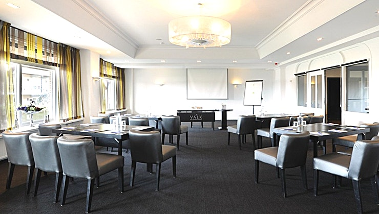 Noordbroek The Noordbroek is recently renovated! Updated ictures follow soon!  Hotel Zuidbroek has 10 multifunctional rooms, each with their own options. Our sales and banqueting team will support you with great care to ensure that your event is successful! Discover the versatility of our location. With a modern interior, lots of daylight, we offer you the right look for your meeting! You have a specific goal in mind, different for everyone. A successful meeting, a valuable conference for your participants, we take care of that together with you.  The Noordbroek room has a size of 84 m² and is suitable for medium-sized groups of up to 50 people. The room features include natural light, free Wi-Fi and a projection screen.