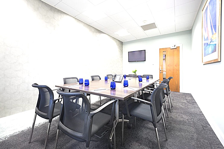 Shakespeare **Hire the Shakespeare meeting room at Landmark's Birmingham Brindleyplace centre.**  You can't fail to impress clients in Birmingham when you book an impressive meeting room in this unique building near Central Square and the canal. Landmark will provide everything for a successful meeting, including presentation tools, and our concierge team will be pleased to fulfil every need.  If you're looking for one of the best options for meeting room hire Birmingham has to offer then you've come to the right place. This fully equipped Birmingham meeting room has everything you need for a productive day with your team.