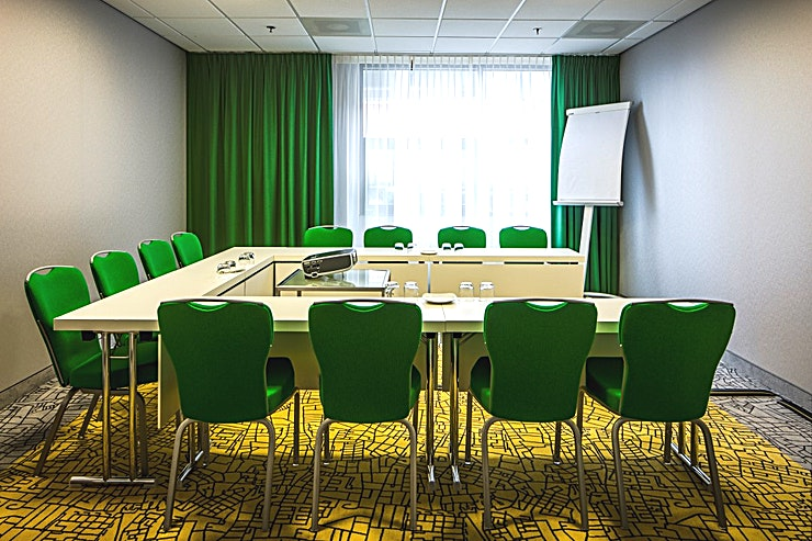 Santiago The Santiago room is conveniently located on the ground floor with natural daylight and air conditioning. The meeting room measures 5.7 by 4.6 to 2.7 with an area of 27m², and is equipped with a projector, screen and flipchart.