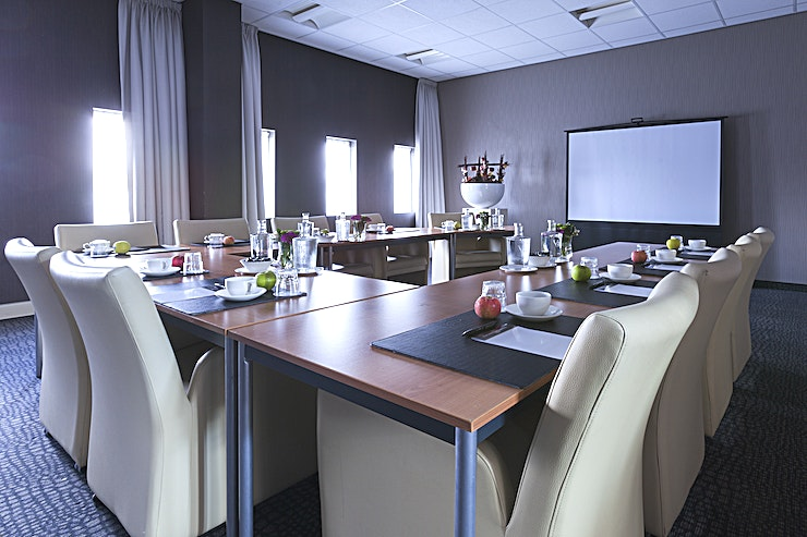 Brussel/ Berlijn The Van der Valk Hotel Rotterdam – Blijdorp has 4 luxurious boardrooms, suitable for meetings with 2 to 20 persons and 3 multifunctional (conference) rooms for groups, consisting of 300 persons max. T