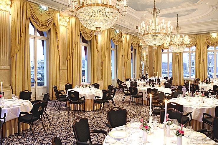 Mirror Room Due to the spectacular look and feel of the Mirror Room, it is one of the most impressive ballrooms in Amsterdam. With its high ceilings and large all round windows it is suitable for both social and business occasions. It can hold a maximum of 350 guests for a reception and 140 for a dinner or sit down meeting. Watch the boats passing by on the Amstel River whilst taking a break on the private terrace connected with the room. There is an option to internally connect the Mirror room with the Garden Room, which can be used as a break-out room. For a wedding- or corporate party we can transform this location to a room filled with bright lights and beautiful decoration to match any theme.