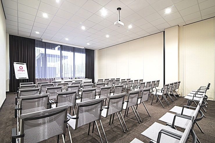 Bavinck 3 A spacious and very light meeting room due to the large windows with hotel yard view and ceiling height of 4,5 meters. Modern facilities and equipment and a dedicated team to help you organize the bes
