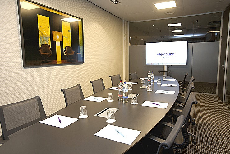 Symfonie Symphonie Luxury Boardroom with daylight - ground floor Surface 25m2 (7.7 x 3.3) Includes free Wifi, Flipover and TV for the presentation The fixed oval table with luxurious chairs is equipped with so