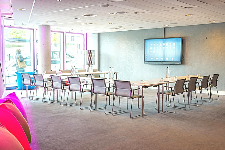 Bruno Do you want to experience staying a strikingly designed all-glass hotel in Amsterdam? Room Mate Aitana is located in the heart of Amsterdam, in a modern building on the new artificial island in the IJ River, next to the new Courthouse, Central Station and really close to Dam's Square, the city's historic centre, and near the main tourist attractions and the capital's business centres.  Enjoy a cool beer in the bar, exercise in the gym or go for a walk along the private pier to check out the canals. If you have any questions, visit our personalised service desk where we will be more than happy to provide you with best city recommendations!  What else can we do for you?  Bruno provides you the creative space you want for every meeting: interactive screen, blackboard & bean bag chairs!