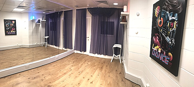 Studio 4 **Studio 4 at Flow Dance is a top of the range, multi-functional studio for hire.**  Located in central London and offering world-class facilities, Flow Dance London is now available for your music ev