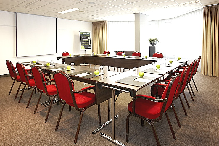 Kennemer 1 The Kennemer 1 room is ideal for small meetings up to 32 persons. The surface of this space is 56m2. The room is equipped with free Wi-Fi, air conditioning, a projector, high quality furniture, disabl