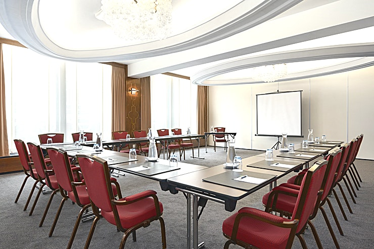 Maurits **Meeting room Maurits is a modern and well-equipped business room where you can organize medium-sized meetings. You can host up to 75 people. It's ideal for all types of small meetings, from a traini