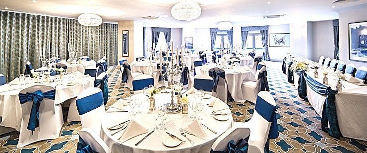 THE CHRISTLETON SUITE •Holds up to 250 Guests in Theatre layout •Private bar, lounge and doors opening onto the hotel grounds •Ideal for larger meetings and conferences •Can be split into two smaller rooms (Park Side &