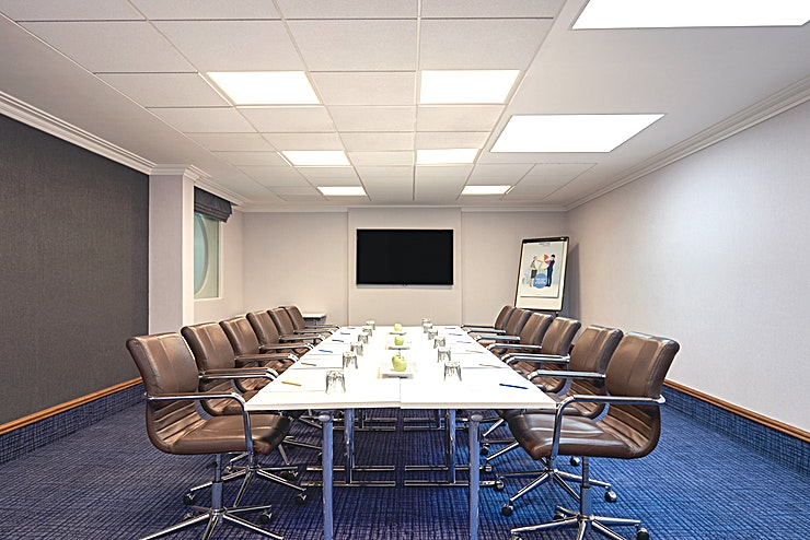 Farnham First floor small meeting room ideal for either meetings with break-out rooms or one to one meetings. First floor break-out area available with ladies and gentlemen facilities
