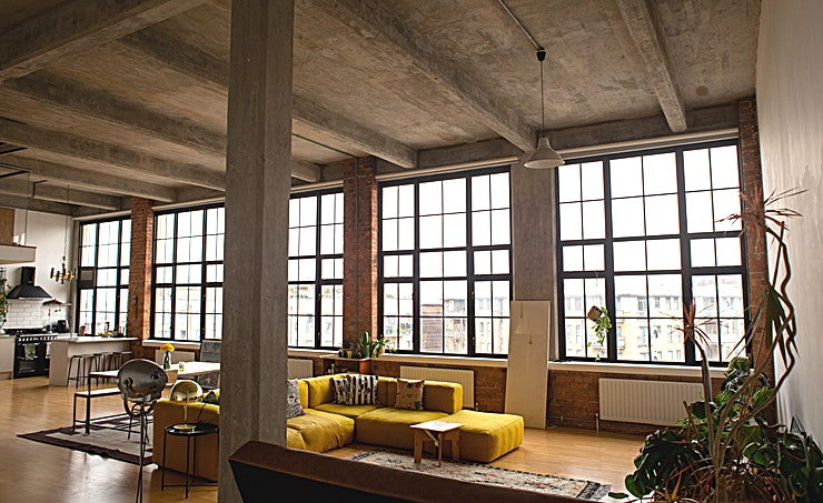 Studio **1200 square feet industrial feel studio Space.**  5 huge windows that let it tons of natural light with blackout blinds.  Fully-equipped kitchen with Nespresso machine, tea and coffee making. fa