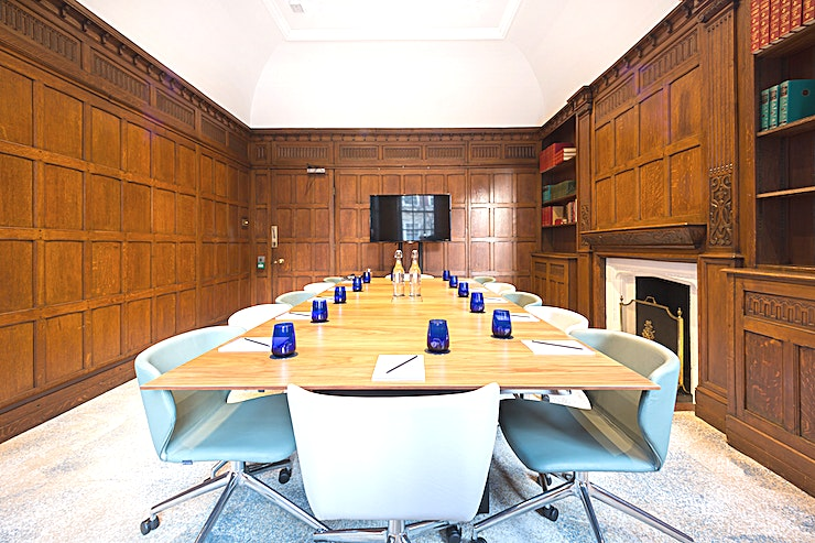 Ambridge **Meeting room hire at the Ambridge is perfect for those looking to host a meeting, presentation or brainstorming session in Marylebone.**   Hold a board meeting in an oak-lined room or have an informal chat in our shared space in this sophisticated city centre location. The meeting rooms can be arranged as you like. They're easy to get to from King's Cross or Euston. Not forgetting free Wi-Fi too.