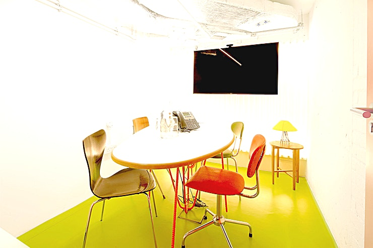 Jonathan Glancey **Jonathan Glancey at Second Home London Fields is a modern, state-of-the-art meeting room for hire in east London.**  The venue has decided to think outside the box when designing their meeting roo