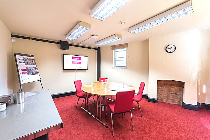 Brindley Room **Hire the Brindley Room at IET Austin Court for one of the best options for an intimate meeting room hire Birmingham has to offer.**   An intimate Space, this small room has the ambience and in-built technology for stress-free, productive meetings. Located above our reception area this compact venue provides a tranquil Space with in-built LCD TV and WiFi to make the most of every meeting. Spacious enough for four people, the Brindley Room is full of natural daylight and offers views across our landscaped garden.  It's the ideal location for boardroom discussions, an interview or a small team meeting. There are a range of DDR options available ranging from £39.95 - £44.95 pp with a minimum of ten people needed for this Space. If you would like to hire out in the evening from 18.00-21.30 there is a charge of £160 + VAT. Hourly hire is NOT possible.