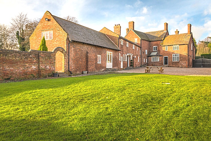Private Luxury Country Estate for up to 26 Guests **Hire your own five-star luxury private country estate with 1.5 acres of gated grounds.** 