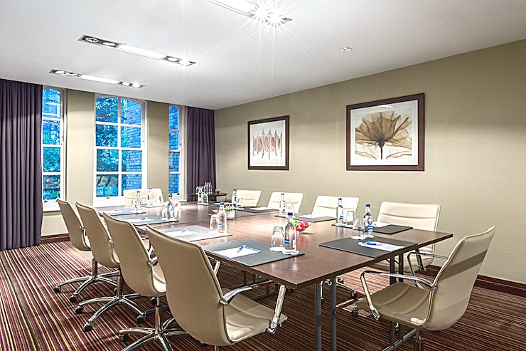 Sussex Sussex, at the award-winning NH London Kensington hotel is a stylish, state-of-the-art meeting room for hire in Kensington.  This meeting space is ideal for any type of small-sized meeting. The total