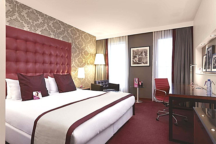 Madison **Madison at Crowne Plaza Amsterdam South is a top of the range boardroom for hire in Amsterdam.**  Surrounded by skyscrapers, hotel Crowne Plaza Amsterdam - South is ideally located in the heart of