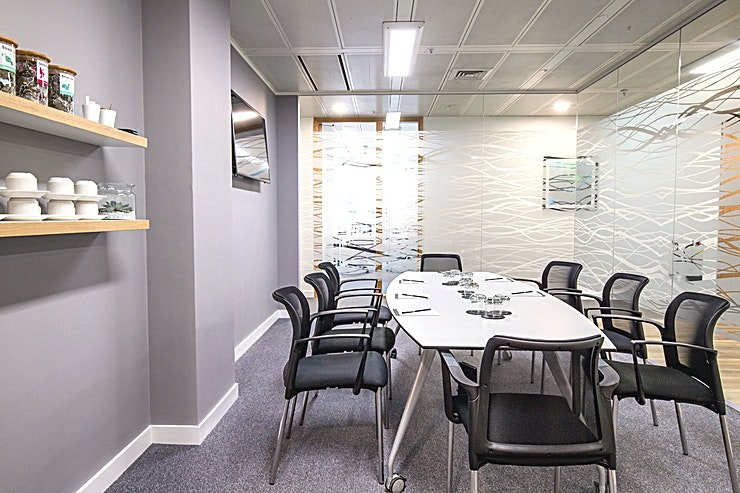 Henley **The Henley Room is an intimate, state-of-the-art meeting room for hire in London Bridge.**  Internal glass meeting room with secondary natural light. Wall-mounted TV and telephone handset installe