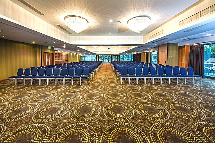 The Waterfront https://www.thewaterfrontbrentford.com/  **Located halfway between Heathrow airport, and the centre of London, Holiday Inn London - Brentford Lock is the perfect place to do business.**   Whether it be holding training sessions, team building, sales meetings, or kick off conferences in West London, this venue has the Space ideal for you.  They do more than just meetings...with social Space for over 500 Guests, they are the perfect venue for weddings, celebrations, parties and more. They are the only hotel on the Heathrow flight-path with a licence to do fireworks.   The Waterfront Suite is a unique Space, overlooking the Grand Canal. Their meetings facility is a purpose-built, self-contained conference and training suite, designed to help you get the most out of your meeting.  Equipped with 6 fully air-conditioned meeting rooms catering from 8 boardroom style to 600 theatre style, they have room to suit any and all of your requirements.  As the Waterfront Suite is a highly adjustable Space, it can be tailored to your event's specific needs. Be it an AGM, a banquet, a conference, or a meeting of any size - the Waterfront Suite is your perfect venue.