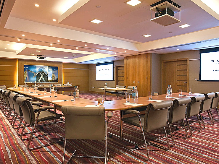 Washington **Located on the lower ground level, the Washington Room at the Sofitel London heathrow includes inbuilt AV equipment (chargeable) including a screen, ceiling-mounted projector and touch screen remote control.**