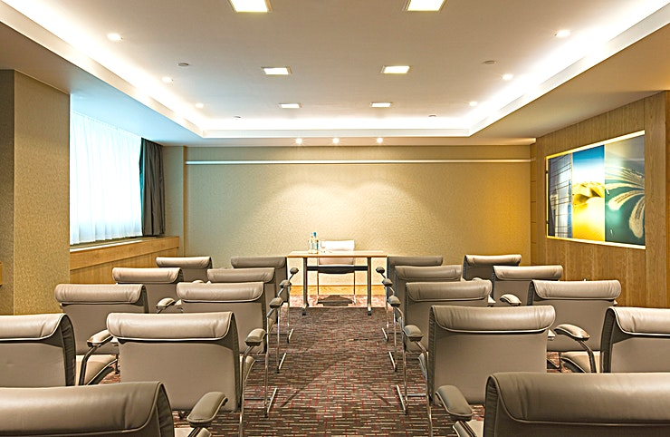 Brussels **Located on the lower ground level, the Brussels Room includes inbuilt AV equipment (chargeable) including a screen.**  On-site AV partner can assist with any other requirements (chargeable) and high-speed internet access is available.   The meeting room is equipped with in-room tea/coffee station and boasts Hugo Boss chairs.