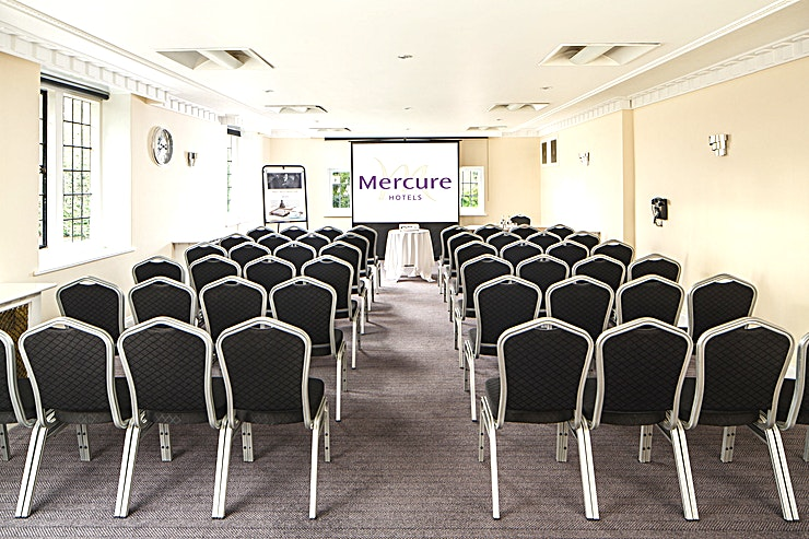 Park Avenue **Set in the original part of the building, Park Avenue boasts dual-aspect windows filling the room with natural daylight, which creates an optimal environment for your delegates to work in.** 
