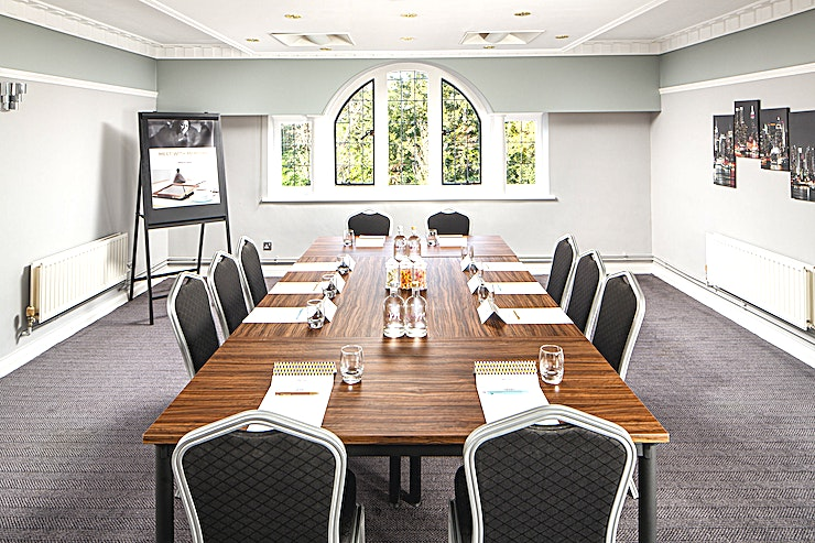 Park Square **Park Square at Mercure Tunbridge Wells lends itself well to boardroom meetings and group discussions.** 