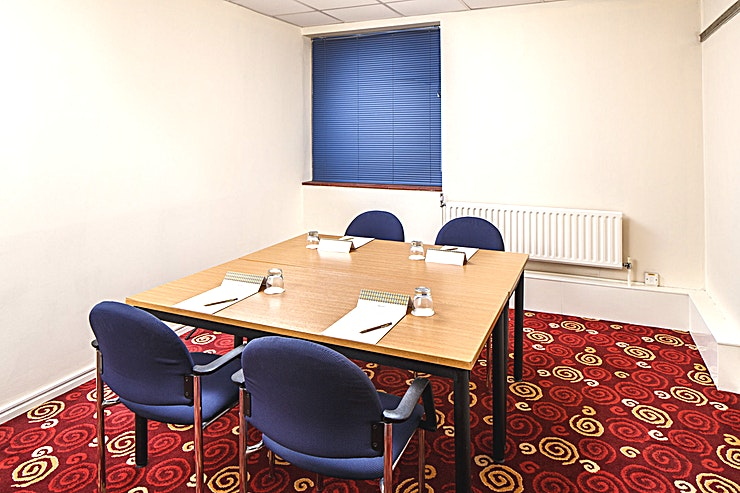 Park Avenue **Park Avenue at Mercure Leeds Parkway Hotel is an intimate, state-of-the-art meeting room for hire in Leeds.**  Park Avenue is located on the first floor of the hotel. It has natural daylight and is pillar free. This particular meeting room can seat up to 6 people in a boardroom layout.