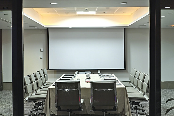 Prescot Suite  **Looking for your next central meeting room?**   Our flexible range of 17 meeting and function rooms makes us an ideal venue for hosting small or large conferences and special events.  We can comfortably accommodate up to 850 Guests in a theatre set up and our central and accessible location makes us one of the most convenient conference venues in the city.  Leonardo Royal London Tower Bridge boasts a fantastic location close to the iconic Tower Bridge and a short walk from Tower Hill, Aldgate and Fenchurch Underground Stations giving easy access to both major financial institutions and London's most vibrant tourist attractions