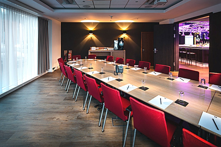 Penta 1 **Hire Penta 1 meeting room for a space which is easily accessible and full of natural light.**  Penta 1 is located on the ground floor of the hotel, is fully accessible and has natural daylight and a