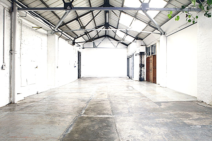 Powerscroft Amazing 3300 sq ft. converted warehouse factory. Studio + 'gallery'. Ground floor, double doors, versatile open plan space for multiple use (offices, gallery, creative studio, photo or film location, workshop, healing or sports centre, café, congregations etc....) Also has several rooms within the space possible use as offices, green room, work shed, storage etc....) Also includes kitchenette and toilets. 