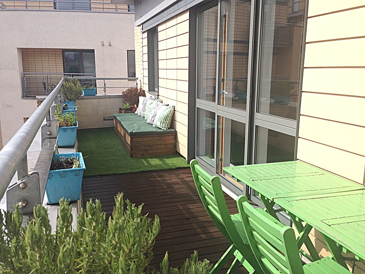 Exclusive Hire Built 14 years ago but decorated throughout in 2015 this riverside penthouse apartment has been style in a modern way. Bright and sunny with a huge terrace overlooking beautiful courtyards and the Riv