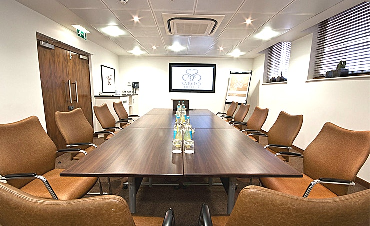 Balmoral Suite Seating up to 16 classroom-style or 35 theatrestyle, this suite is a modern space for seminars and workshops. A soundproof partition can divide the