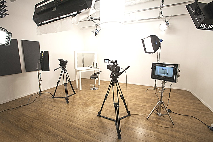 Studio 4 Studio 4 is sound-insulated studio with a separate gallery with acoustic window, ceiling lighting rig, green room with make-up area, A/C, free wifi, and complimentary tea and coffee.   Shooting Area — 361 ft² / 34m² Gallery — 96ft 9in² / 9m² Green Room — 106ft 8in² / 10m²