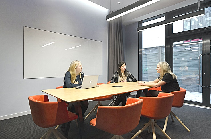 """Lock **Hire the Lock at Workspace Vox Studios for one of the best meeting rooms London has to offer!**   One of our largest meeting rooms at Vox Studios, Lock can seat up to 10 people, and is finished with stylish, minimal furnishings.  The meeting space also boasts a 55"""""""" LED screen, high-speed Wi-Fi and easy to use plug and play screensharing technology.  The on-site LiveWire cafe can arrange refreshments, whether that's pastries and coffee for breakfast, or delicious healthy lunches.  **Make the most of your meetings, wherever your team is based.**  This meeting room has brand new, state-of-the-art conferencing equipment, making video conference calls and collaborative meetings totally hassle-free. Simply plug your laptop in and away you go."""