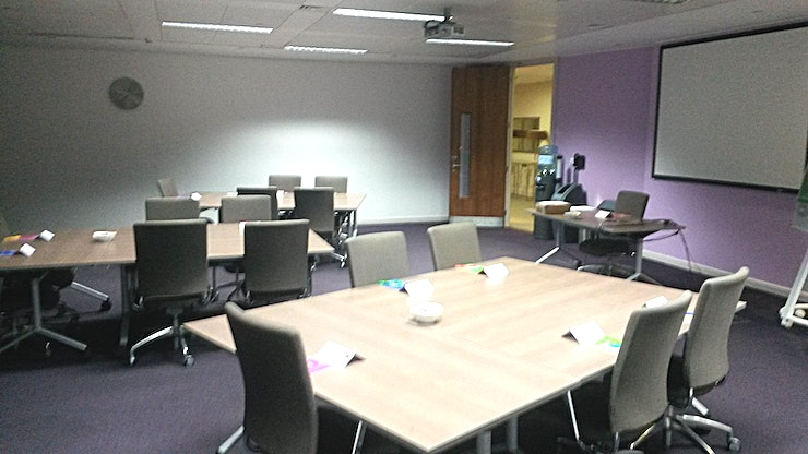 Westferry **Hire the Westferry meeting room at De Vere Canary Wharf for your next meeting room hire in London.**   De Vere Canary Wharf is the home to 8 fully equipped, medium sized meeting rooms which are perfect for creative brainstorming Spaces, presentation venues or productive workshops venues. Westferry is one of the 8 and is perfect for 32 delegates seated in a u-shaped style for a presentation or brainstorm.  Day Delegate Rates include: ·         Main training room ·         LCD projector & Screen ·         2 Course Restaurant Buffet or Working Lunch ·         2 Flipcharts ·         Delegate stationery (paper, pencils & place cards) ·         Trainer toolkit (post-its, wall tape, scissors, stapler, etc.) ·         Wi-Fi access ·         Unlimited tea, coffee, biscuits & whole fresh fruit ·         Chilled water dispenser (in the meeting room) ·         Power sockets for each delegates included