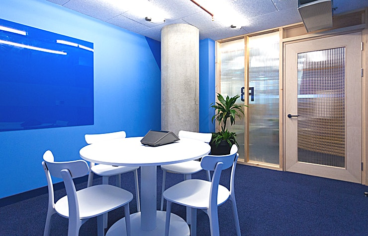 """F8 Hire F8 at Huckletree for an excellent London meeting room!  If you're planning a small-scale meeting, then F8 is the meeting room for you. Designed for making meaningful connections, this intimate four-person space will host your interviews, partnership pitches and one-on-ones with clients. F8 is equipped with a 49"""" HD screen, microphone and camera, whiteboards and the essentials: tea, coffee and water."""