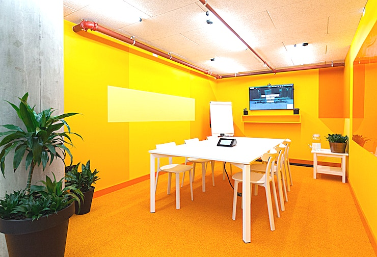"""Steve's Garage **Welcome to Steve's Garage at Huckletree - one the greatest options for meeting room hire London has to offer!**   Abstract thinker? Step this way. Steve's Garage is a bold backdrop for creative thought (just like its Silicon Valley namesake). Designed for up to six people, it's a hub for group discussion, brainstorming sessions and mind mapping. Steve's Garage is equipped with a 49"""" HD screen, microphone and camera, whiteboards and ideas fuel: tea, coffee and water."""