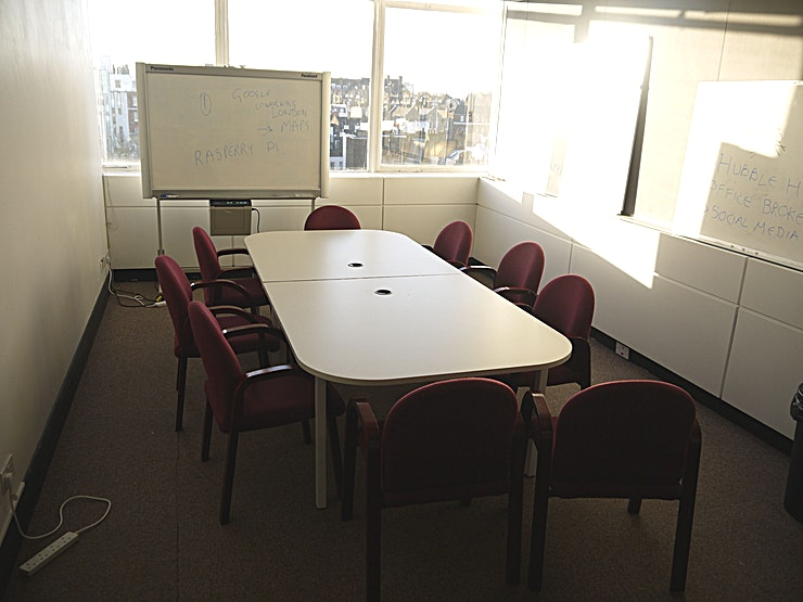Boardroom **Hire the Boardroom at Cowork Hub for one of the best options for meeting room hire Notting Hill has to offer!**   This modern boardroom to hire comes fully equipped with conference facilities and tech. Just 30 seconds from Notting Hill tube station, this boardroom and coworking Space is easily accessible from all areas of London. There is also onsite car parking for those travelling a little further afield.