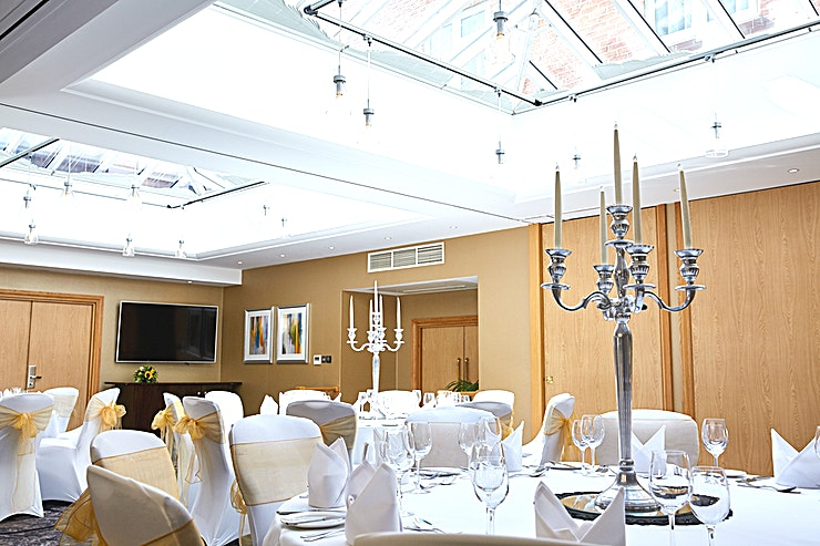 Buckingham Suite Contemporary and light-filled with an atrium roof, the Buckingham Suite is perfect for meetings, receptions and dinner dances for up to 90 guests. The suite can be divided into four separate, soundproof boardrooms seating up to a maximum of 24 people. These have built-in screens and can be used as a syndicate space for the adjacent Thames Suite.