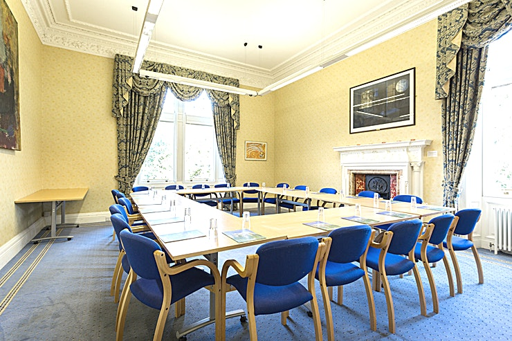 Salvesan **Relax in this refined meeting room at Mansion House, Edinburgh Zoo.**