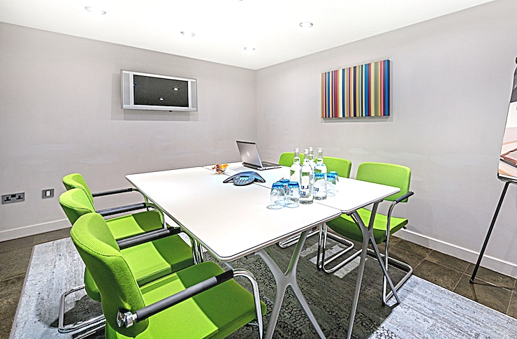 Norfolk Suite **The Norfolk suite is a charming meeting room which can accommodate up to 6 delegates in a theatre-style seating arrangement. Ideal for interviewing candidates, hosting meetings and conferences.**