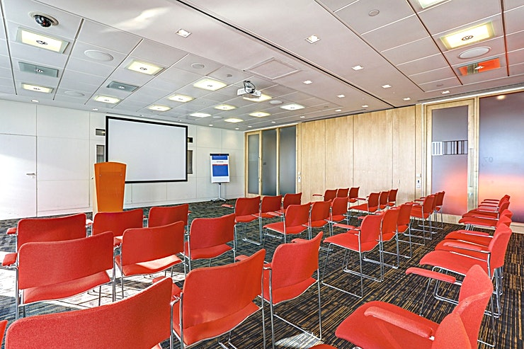 Room 6 & 7 **Room 6 and 7 at CCT Venues Plus-Bank Street can be combined to form a flexible events venue available to hire in Canary Wharf.**  Just a minute's walk from Canary Wharf tube station, this stunning venue at 40 Bank Street offers events space that makes an impact for all the right reasons.   On the upper floors of this pristine 32-storey office complex, we have 26 flexible meeting rooms with floor-to-ceiling windows that boast breath-taking views across London.