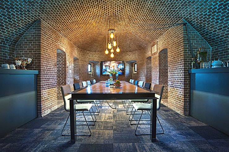 The Boardroom **De Boardroom in The Amsterdam Pompstation is een unieke, historische en inspirerende vergaderruimte in Amsterdam.**  Deze locatie is ideaal gelegen, want het is slechts 20 minuten rijden van het