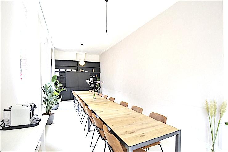 The Meeting Room **Deze ruimte in The Bloom Room is een veelzijdige vergaderruimte in Amsterdam.**  Als u op zoek naar een inspirerende, maar toch ook huiselijke vergaderzaal, dan is deze locatie bij The Bloom Roo