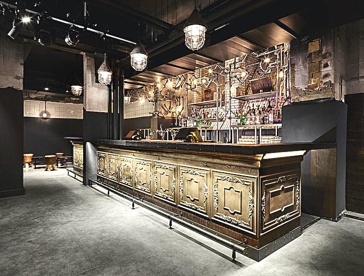 Oosterbar **Oosterbar is een industriële locatie voor privéfeestjes te huur in Amsterdam.**  Als u op zoek bent naar een levendige, energieke en levendige sfeer voor uw volgende feestje, kijk dan niet verder dan de Oosterbar!  Deze locatie is gelegen in de kelder van de voormalige zoölogische universiteit en is daarmee een perfecte intieme ondergrondse club of bar.