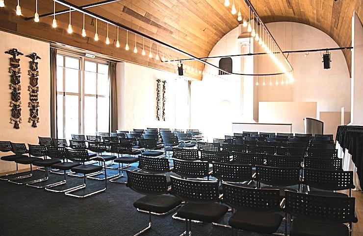 De Eggertzaal **De Eggertzaal in De Nieuwe Kerk is een conferentiezaal te huur in Amsterdam.**  Dit stijlvolle zaal met uitzicht op de Dam en het Koninklijk Paleis heeft een exclusief karakter vanwege zijn imposante gotische architectuur van de jaren 1400.  Deze locatie organiseert bovendien catering voor een reeks aan evenementen; van vergaderingen en conferenties tot diners en recepties.