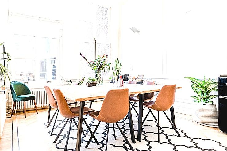 SPOT Serre **SPOT Serre is een lichte vergaderruimte te huur in Amsterdam.**  Inspirerende locatie voor vergaderingen buiten uw kantoor, inclusief openslaande deuren naar een zonnige tuin.  Als u op zoek bent naar een mooie en ruime vergaderlocatie die zowel luxe als huiselijk voelt, dan is SPOT Lounge op de Keizersgracht de perfecte keuze voor jou.  Dit monumentale pand met 5 meter hoge plafonds is industrieel ingericht en gevuld met planten en comfortabele banken.  Vergaderingen worden hier gedaan op dezelfde manier als bij u thuis: aan de lange eettafel of comfortabel op de bank. Deze locatie heeft alles wat u nodig heeft voor een geslaagde bijeenkomst.