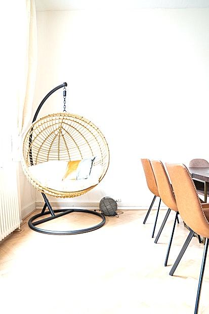 SPOT Lounge **SPOT Lounge is een comfortabele, ruime vergaderzaal te huur in Amsterdam.**  Als u op zoek bent naar een mooie en ruime vergaderlocatie die zowel luxe als huiselijke voelt, dan is SPOT Lounge op de Keizersgracht de perfecte keuze voor jou.  Dit monumentale pand met 5 meter hoge plafonds is industrieel ingericht en gevuld met planten en comfortabele banken.  Vergaderingen worden hier gedaan op dezelfde manier als bij u thuis: aan de lange eettafel of comfortabel op de bank. Deze locatie heeft alles wat u nodig heeft voor een geslaagde bijeenkomst.