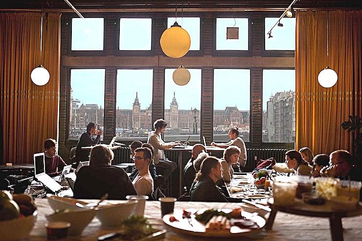Noteerzaal Ons aanbod In het hart van Amsterdam, in de Beurs van Berlage, daar is Meet Berlage gevestigd. Met trots! Want de Beurs is een verbluffend rijksmonument. Wij bevinden ons in het voormalige effectenbeursdeel van het gebouw, en beschikken daar over maar liefst 1100 m2 met onder andere 9 karakteristieke vergader- en evenementenruimtes. Door de diversiteit aan ruimtes is onze locatie geschikt voor de meest uiteenlopende bijeenkomsten. Los, of in combinatie met elkaar. Van aandeelhoudersvergadering tot wijkoverleg; van kick-off tot hackathon; van kamerconcert tot netwerkdiner; en van pitch-training tot scriptieprijs. De veelzijdigheid en de bruisende sfeer van de Beurs blijft verbazen. Onze missie Onze ruime kennis en ervaring zetten we graag in voor jouw evenement. Samen met jou en onze partners realiseren wij bijeenkomsten die voldoen aan al jouw verwachtingen. Professioneel en laagdrempelig: dat is wat wij zijn. Flexibiliteit en gastvrijheid: dat is waar wij voor staan. Volledig in lijn met het gedachtengoed van H.P. Berlage - want hij wist toen ook al: alleen sámen kom je tot een uitstekend resultaat. Lees in deze brochure wat Meet Berlage jou te bieden heeft. Vanzelfsprekend staan wij open voor jouw specifieke wensen. Wij kijken uit naar jouw komst!
